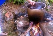 Compran leña para cocinar
