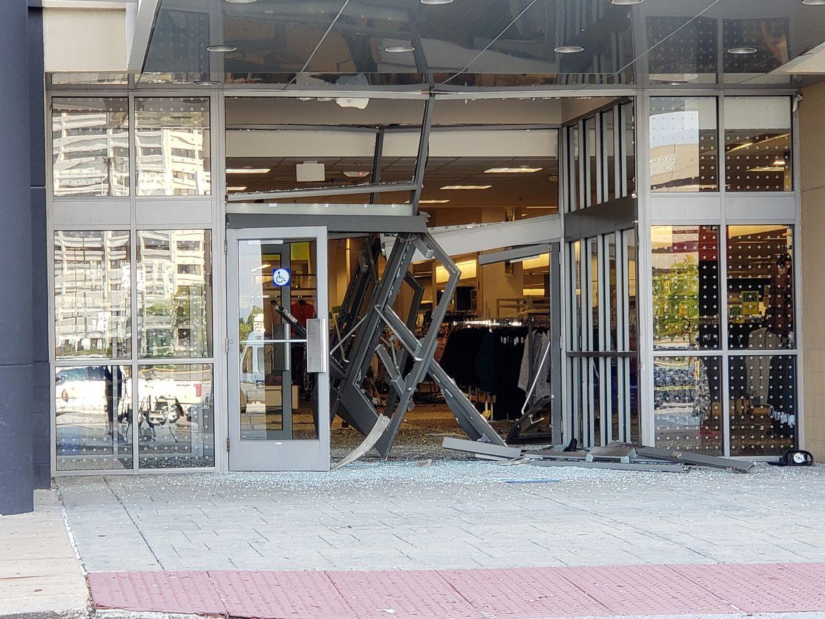 #Video Conductor irrumpe con su camioneta en centro comercial de Illinois