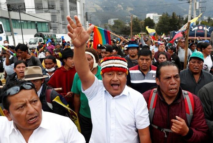 Los manifestantes gritan consignas durante una protesta en Ecuador