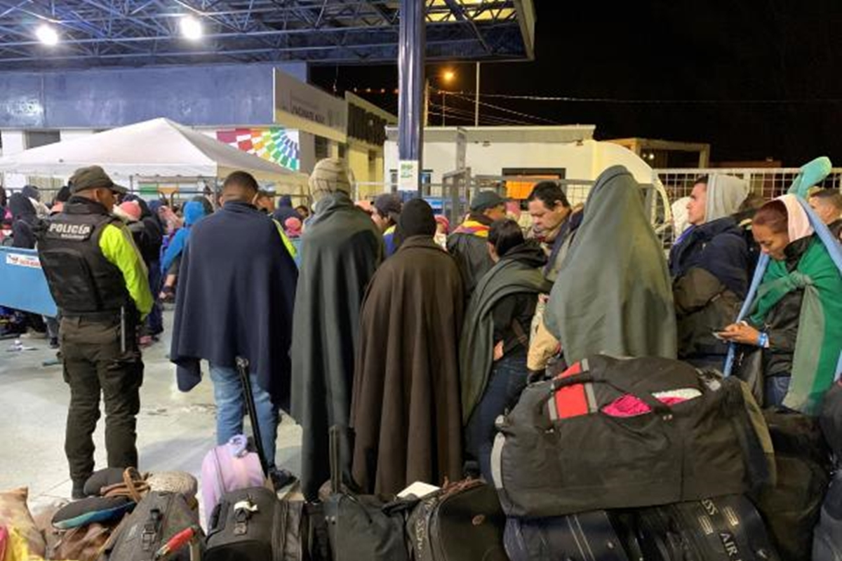Migrantes venezolanos intentando ingresar a Ecuador