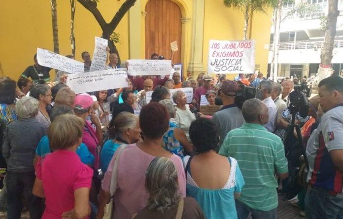 Jubilados y pensionados protestan ante el IVSS