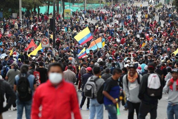 El lunes Moreno se vio forzado a mover su despacho a Guayaquil ante el acecho al hoy desocupado palacio presidencial