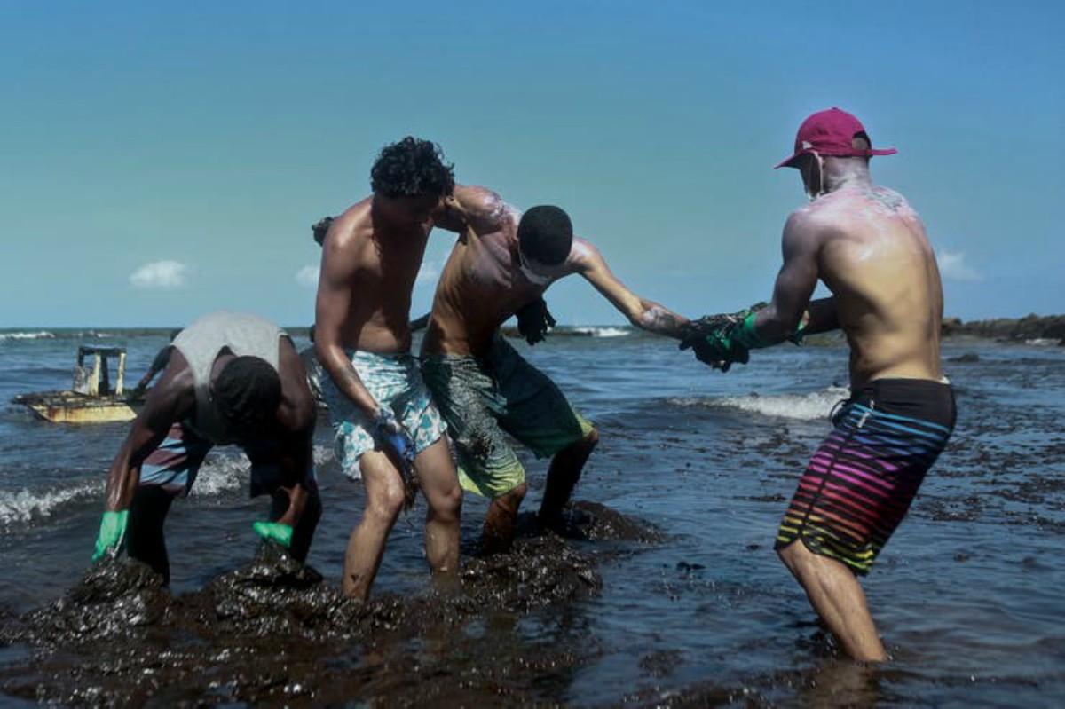 Voluntarios trabajan para limpiar el petróleo que provocó un desastre ecológico de las playas de Brasil