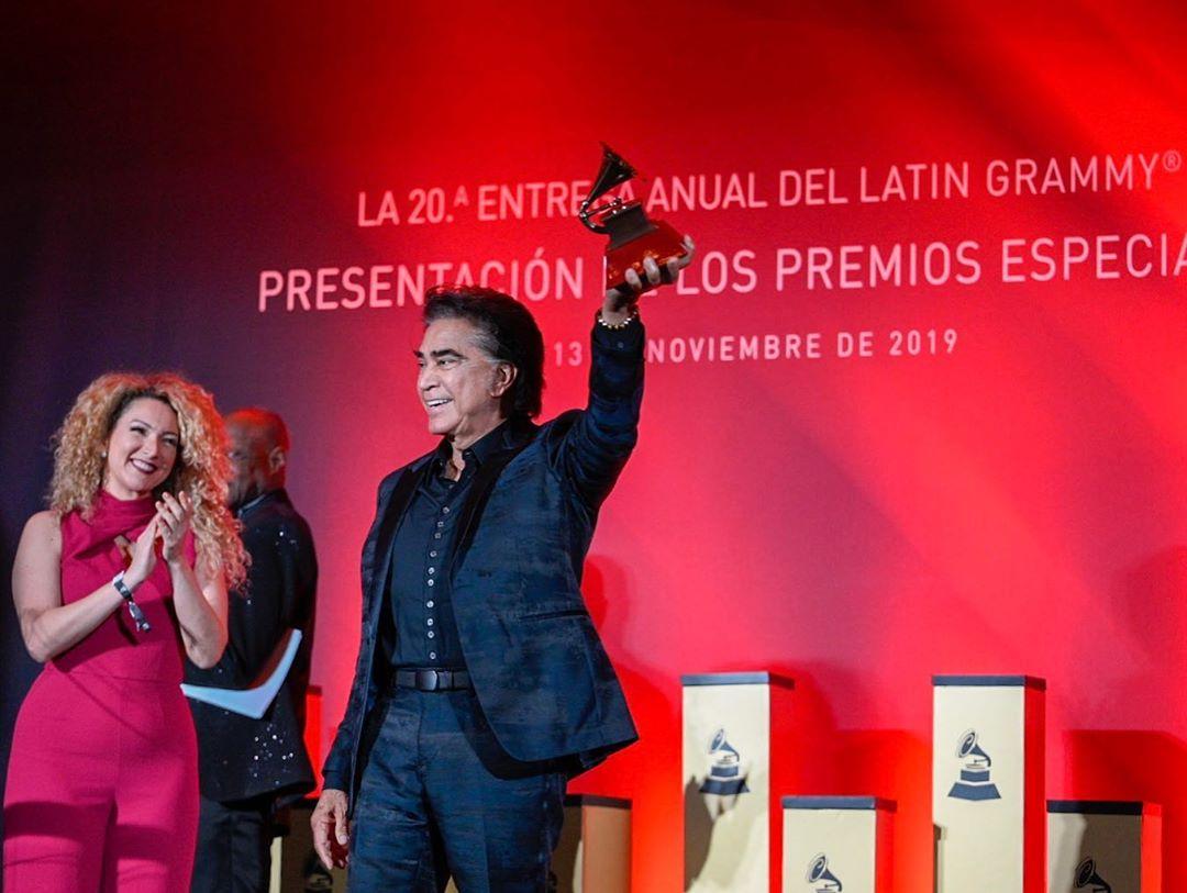 Rosalía y Alejandro Sanz reciben los Grammy Latinos en Las Vegas