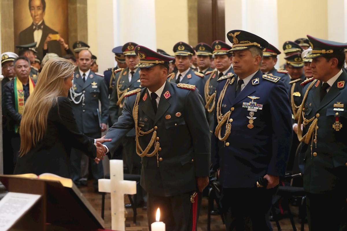 La presidenta de Bolivia remueve al Alto Mando Militar como primera medida