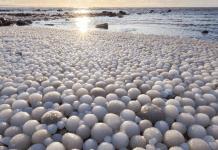 Los huevos de hielo aparecidos en la playa Marjaniemi en la isla Hailuoto, Finlandia