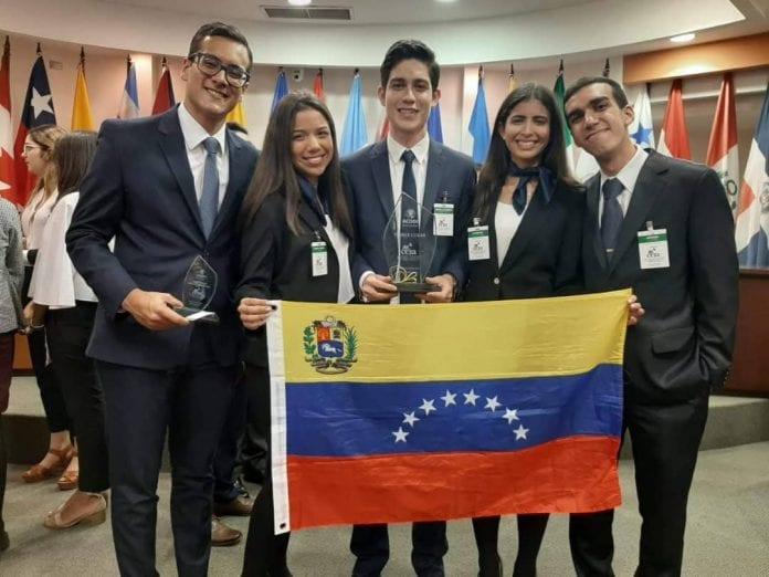 Los Ucabistas luego de recibir el primer lugar en la Competencia Interamericana de DD HH, celebrada en Costa Rica y auspiciada por la Corte Interamericana de Derechos Humanos