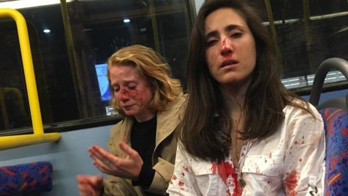 La Policía metropolitana de Londres publicó por primera vez el video del ataque que sufrió una pareja de lesbianas en un autobús