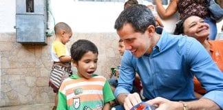 Juan Guaidó entregó juguetes a niños en Vargas