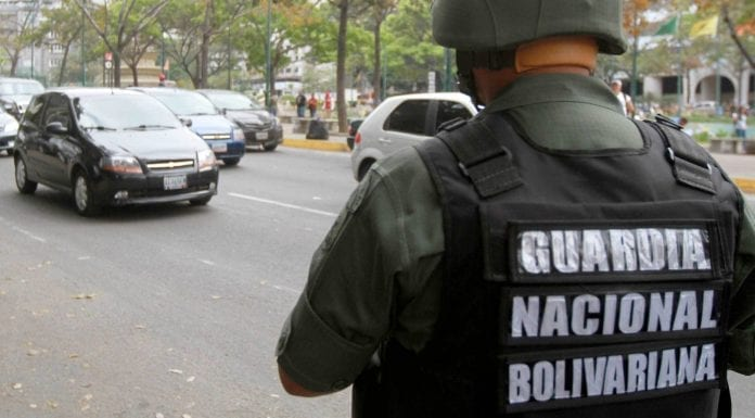 funcionarios- La comisión policial liberó a la mujer que conducía un auto y fue secuestrada por los cinco GNB