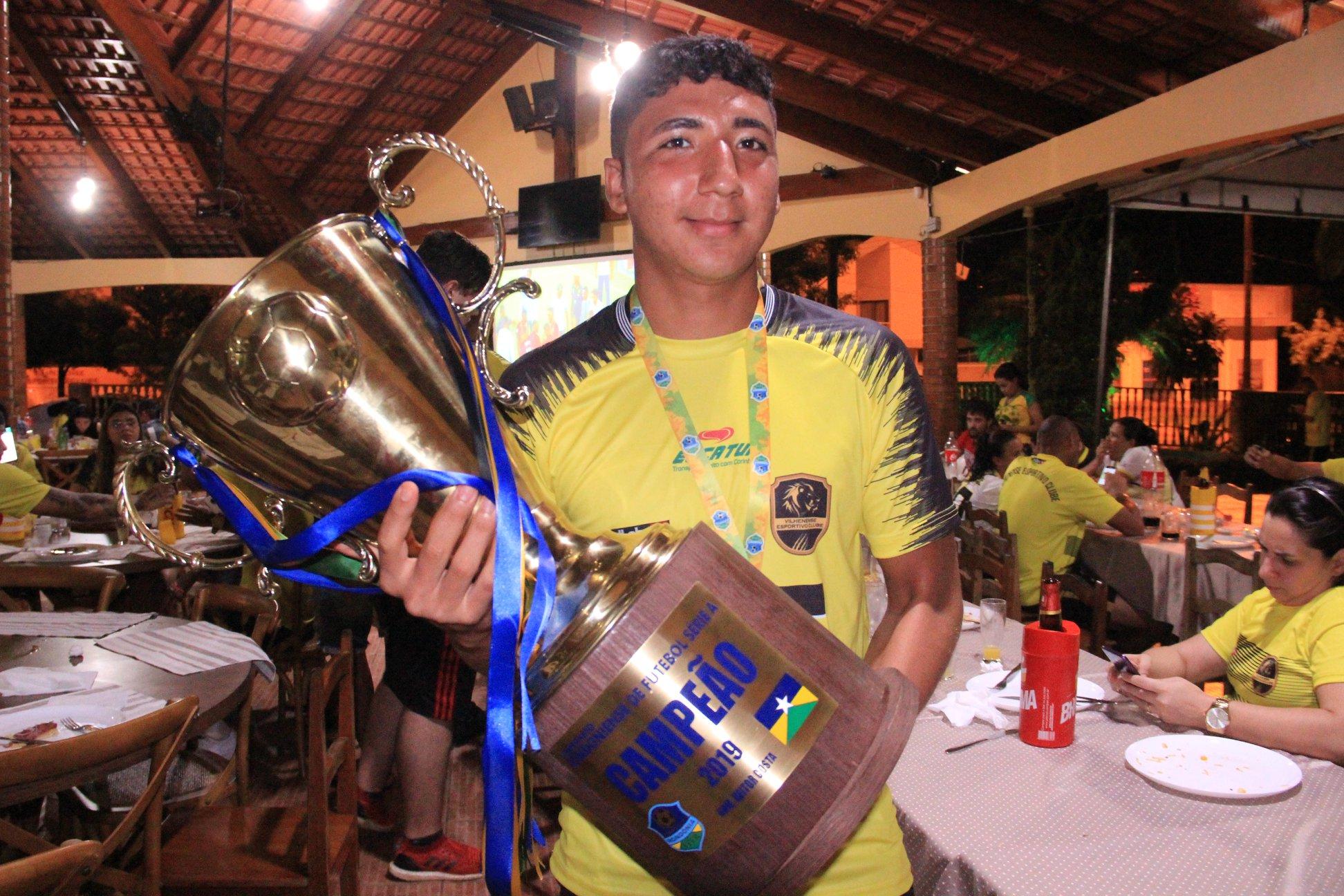 Alexander Rondón con la Copa de Campeón