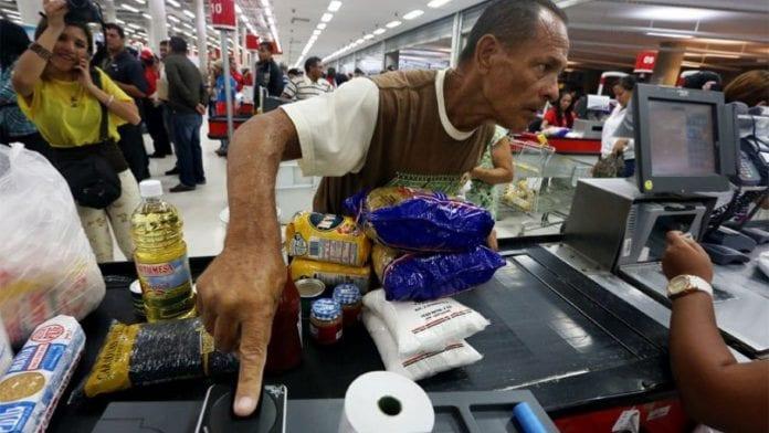 Largas colas y denuncias por fallas del sistema petro en los establecimientos CLAP en Valencia