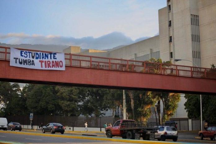 Pancarta, estudiantes universitarios, cerca del TSJ