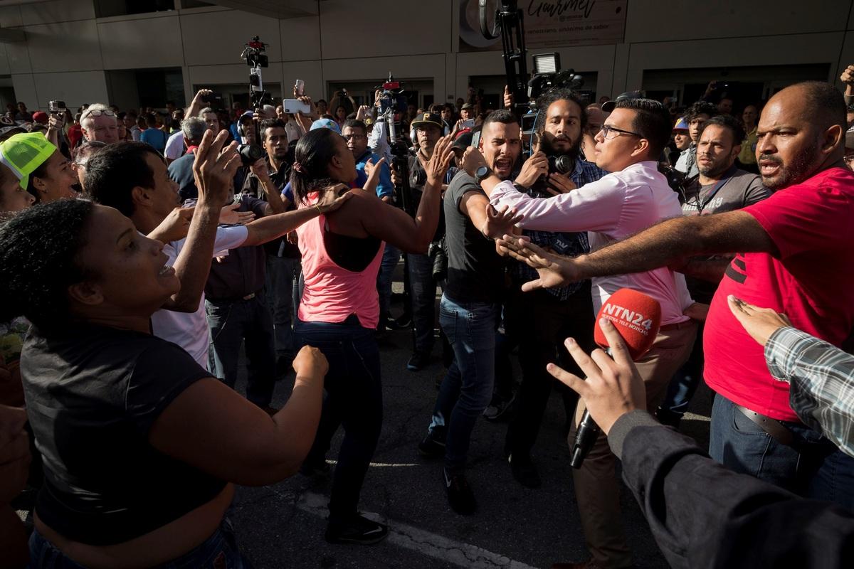 Guaidó es recibido con una paliza de oficialistas al aterrizar en Caracas, Chavismo