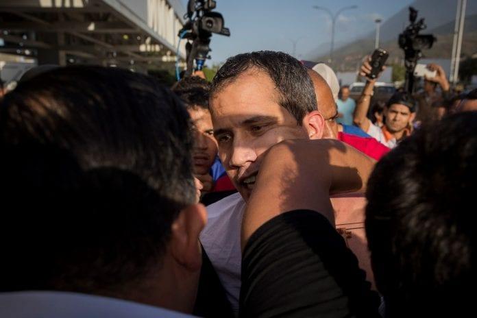 Guaidó es recibido con una paliza de oficialistas al aterrizar en Caracas, Maduro, Chavismo