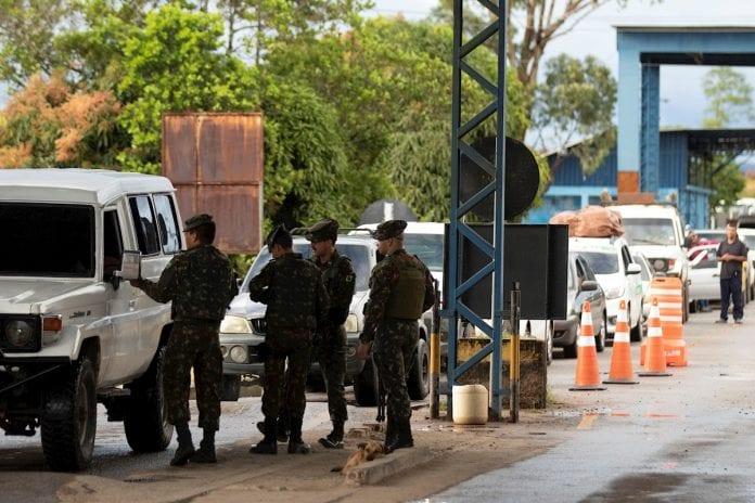 Soldados del Ejército de Brasil en la frontera con Venezuela