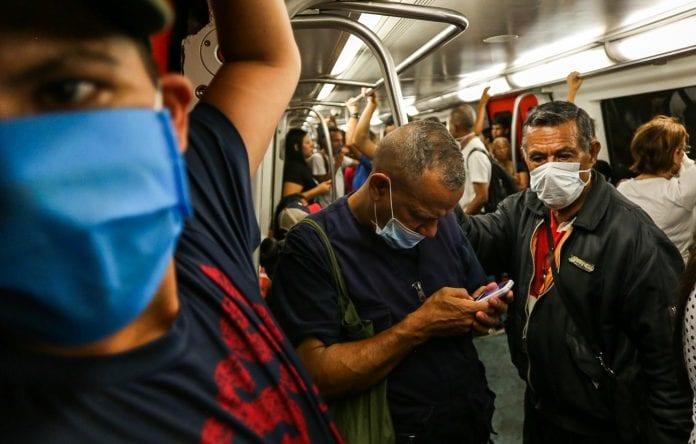 Venezolanos en el Metro de Caracas protegidos por el coronavirus