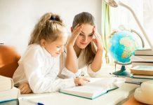 Padres e hijos estudiando