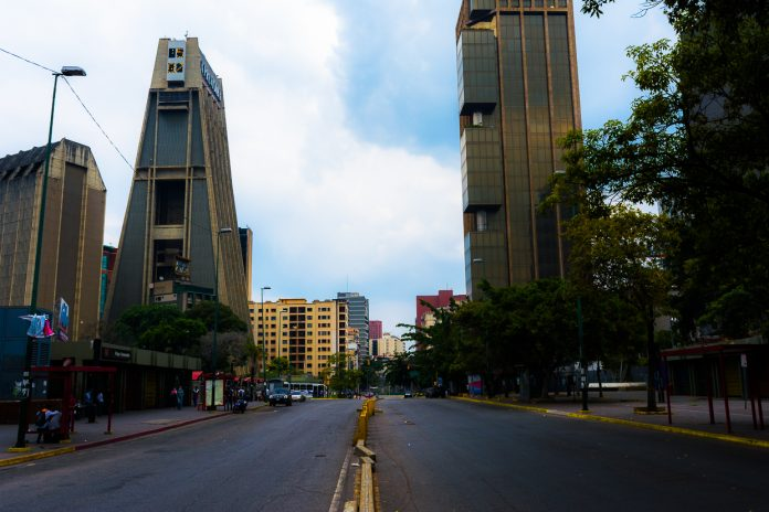Reportan bote de agua al lado del Sebin de Plaza Venezuela – Noticias Venezuela