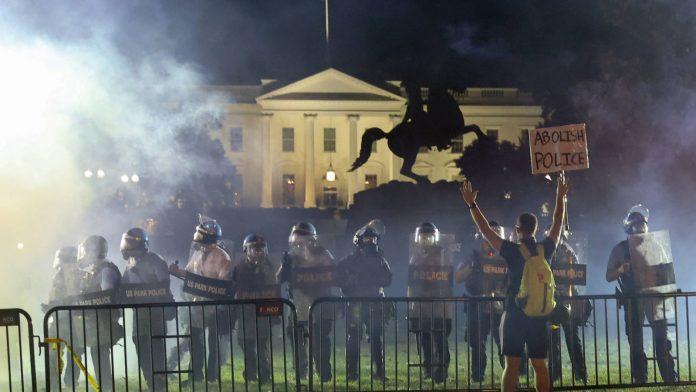 La policía disparó gas lacrimógeno delante de la Casa Blanca antes del discurso de Trump