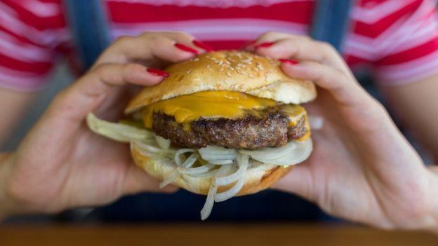 Consumo de carne: ¿es natural que los humanos la incluyamos en nuestra dieta? 113236153_gettyimages-1016491412