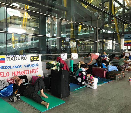 Venezolanos duermen en Barajas a espera de un vuelo de regreso a su país