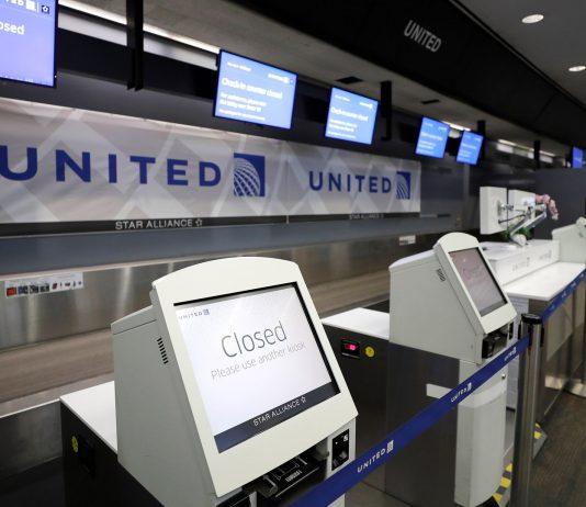 La aerolínea United suspenderá a la mitad de sus empleados por la pandemia