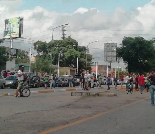 Choferes en Barquisimeto trancaron la avenida Libertador para exigir el suministro de gasolina