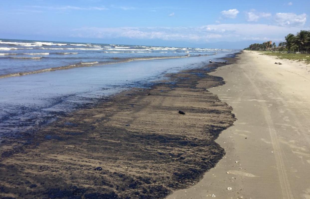 Derrame de petróleo de un barco de Pdvsa pone en riesgo el ...