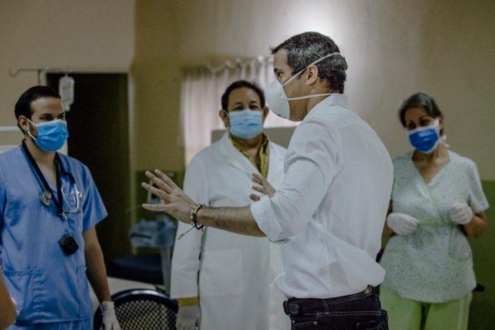 Juan Guaidó y personal médico