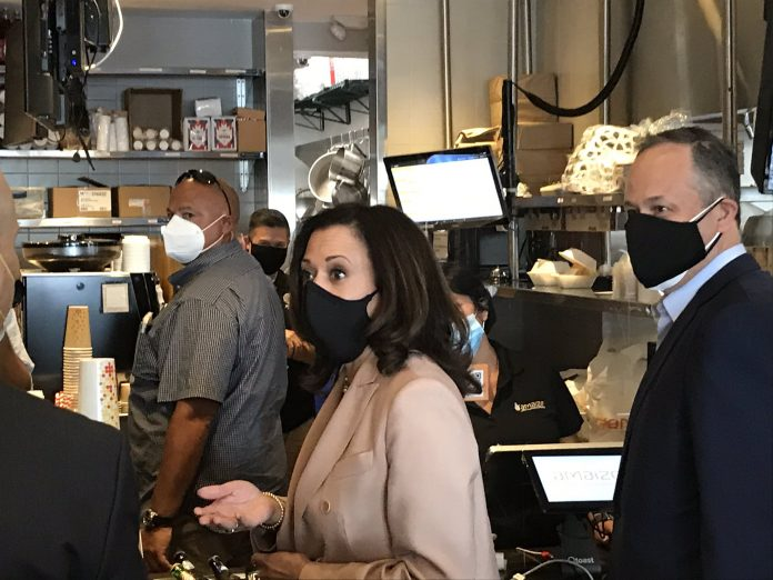 Kamala Harris comió arepas durante una visita a la comunidad venezolana en Miami